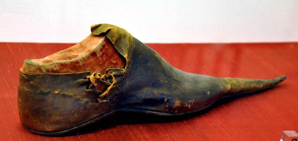 , История возникновения  обуви: по башмакам определяли положение в обществе